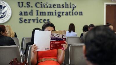 ¿Te afecta la nueva regla del gobierno que limitará los permisos de trabajo para asilados? Esto recomienda un abogado