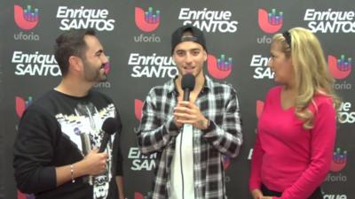 Enrique Santos habla con Maluma en los ensayos de Premios Juventud