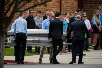 Cientos de personas despiden al estudiante hispano considerado héroe en el tiroteo en una escuela de Denver