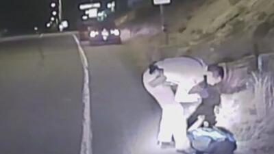 Una adolescente en aparente estado de embriaguez se robó la patrulla de un policía que se detuvo a auxiliarla