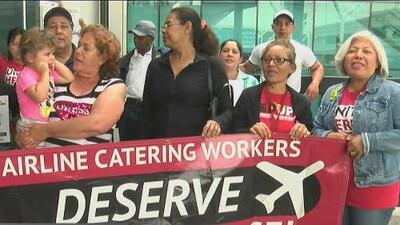Trabajadores del servicio de alimentación exigen mejores condiciones laborales en el Aeropuerto de Los Ángeles
