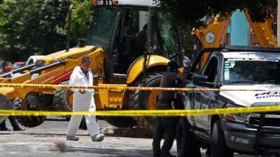 Hallan 10 cuerpos dentro de una fosa clandestina en el patio de una casa de Jalisco