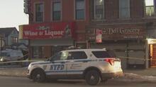 Con un machete en la escena, hallan muerta a una anciana en el interior de su vivienda en Queens