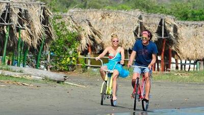 """Carlos Vives y Shakira nos llevan de paseo en """"La Bicicleta"""""""