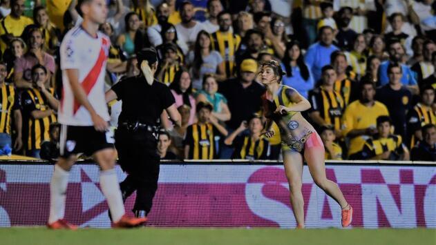 Amor a flor de piel: ella entró topless a medio River Plate-Rosario Central