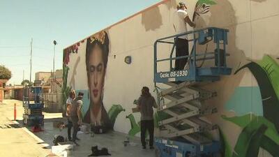 Un mural de Frida Kahlo, el regalo que busca inspirar a niños hispanos en una escuela de California
