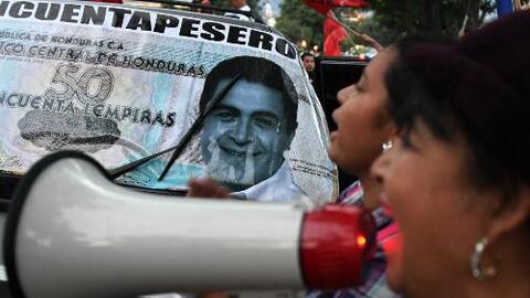 ¿Hernández 'compró' votos al repartir beneficios sociales en Honduras?