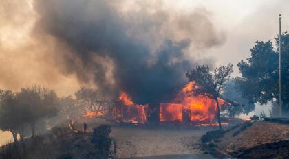 Las altas temperaturas en el norte de California han dificultado la labor de los bomberos. Muchos de los incendios se mantienen fuera de control pese a que cientos de brigadistas trabajan para sofocarlos.