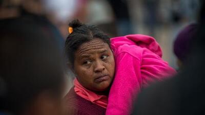 Agentes de inmigración aseguran que la política de regresar a México amenaza la vida de los migrantes