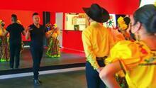 Ser legalmente invidente no ha detenido a este maestro en su misión de enseñar el bello arte del baile regional
