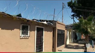 Tijuanenses se roban alambre de púas instalado en la frontera de San Diego y Tijuana