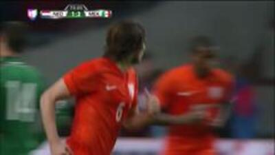Goooolll!! Daley Blind mete el balón y marca para Holanda