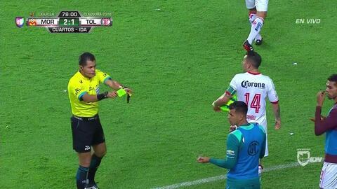 Tarjeta amarilla. El árbitro amonesta a Luis García de Toluca