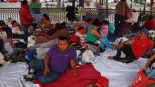 """""""Nos arriesgamos a mucho"""": migrantes devueltos a México viven hacinados en una plaza pública en la frontera"""