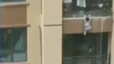 Un niño saltó la barandilla del balcón y cayó al vacío en China
