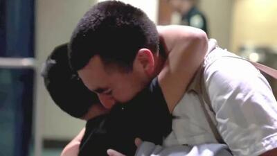 El emotivo reencuentro entre un padre inmigrante y su hijo tras haber sido separados hace casi un año en la frontera