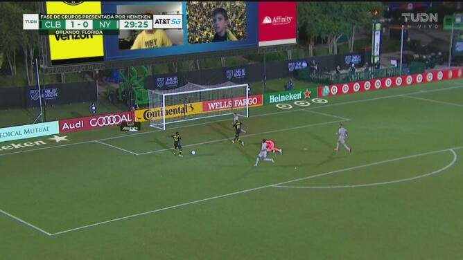 ¡Solo frente al arco! Derrick Etienne desperdicia el segundo gol del Columbus