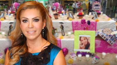 Conmovida Rocío Sánchez Azuara al ver un altar de muertos dedicado a su hija Daniela