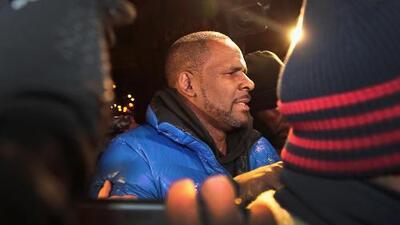 El cantante R. Kelly es arrestado una vez más por acusaciones de delitos sexuales y ahora enfrenta cargos federales