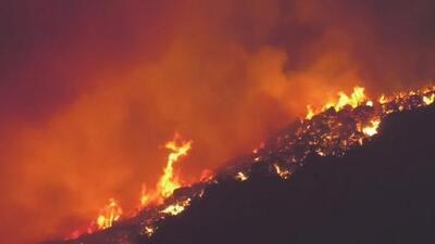 Incendio fuera de control en Murrieta ha obligado a la evacuación de cientos de familias