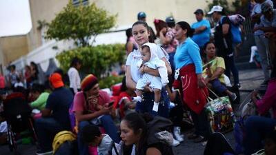 Más cerca de EEUU: Tras 12 horas de espera madres e hijos de la caravana de migrantes en México continúan su viaje en autobuses