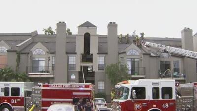 Autoridades investigan las causas de voraz incendio que causó graves daños en cuatro apartamentos del este de Dallas