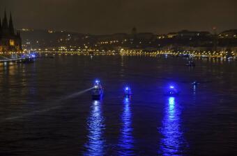 Tragedia en el Danubio: 7 muertos y 21 desaparecidos al naufragar un barco turístico en Hungría (fotos)