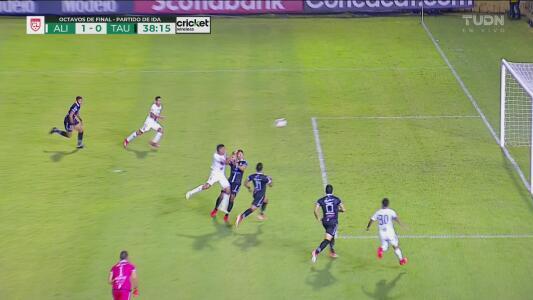 Alianza aprovecha un gran error del portero del Tauro y anota el 1-0