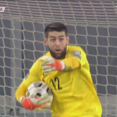 ¡Reacciona bien el portero de Azerbaiyán! Desvía tiro de Bernardo Silva