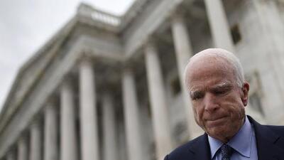 Cara a cara: ¿cómo actuó Donald Trump tras la muerte de John McCain?