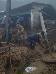 MEX338. SAN JUAN CHAMULA (MÉXICO), 08/11/2020.- Habitantes de San Juan Chamula intentan rescatar hoy algunas pertenencias en una casa destruida por las inundaciones provocadas por las intensas lluvias tras el paso de la tormenta Eta,en el estado de Chiapas (México). El número de muertes creció a 27 este domingo en el sureste mexicano por el paso del ciclón Eta y las lluvias de frentes fríos después de confirmarse dos nuevos decesos en Chiapas, que acumula 22 fallecidos, además de cinco en Tabasco. Las autoridades de Chiapas reportaron a Efe un herido, cuatro desaparecidos, 37.079 personas afectadas, 12 regiones dañadas, con 8.033 familias damnificadas en 54 municipios con un total de 16.077 viviendas con daños, de las que 4.010 están inhabitables y 255 colapsadas. EFE/Carlos López