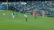 ¡Potente disparo que acaricia el palo! Con increíble descolgada Thomas McNamara estuvo cerca del gol