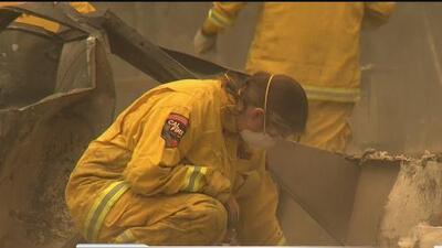 Equipos de Cal Fire buscan restos entre las cenizas en Paradise