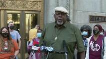Activistas protestan en contra de la decisión de posponer la fecha de elección de la junta escolar en Chicago