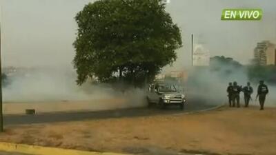 Militares del régimen de Nicolás Maduro lanzan gases lacrimógenos a quienes se acercan a la base militar La Carlota