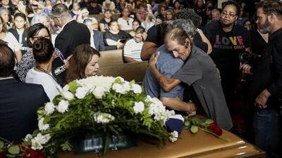 Miles de desconocidos acompañando al viudo: el funeral de una de las víctimas del tiroteo en El Paso