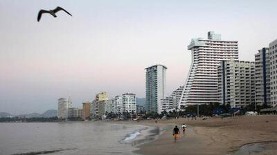 En plena temporada vacacional, 5 playas de Acapulco presentan riesgos sanitarios