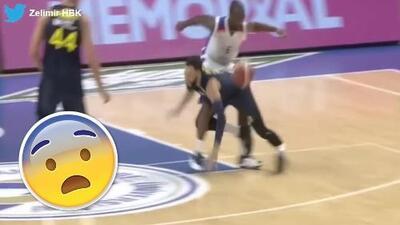 Escalofriante: este jugador se rompió la pierna en pleno partido de baloncesto en Europa