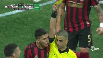 Tarjeta amarilla. El árbitro amonesta a Franco Escobar de Atlanta United FC