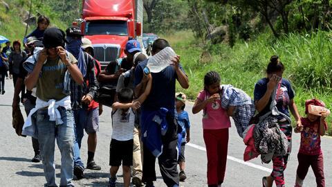 Migrantes varados en México inician su recorrido en caravana hacia la frontera con EEUU