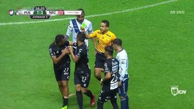 Tarjeta amarilla. El árbitro amonesta a Rodrigo Contreras de Necaxa