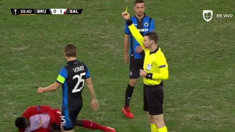 Tarjeta amarilla. El árbitro amonesta a Ruud Vormer de Club Brugge
