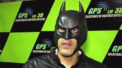 Vestido de Batman, un hombre patrulla las calles de su ciudad para evitar los robos de vehículos