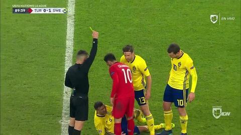 Tarjeta amarilla. El árbitro amonesta a Hakan Calhanoglu de Turkey
