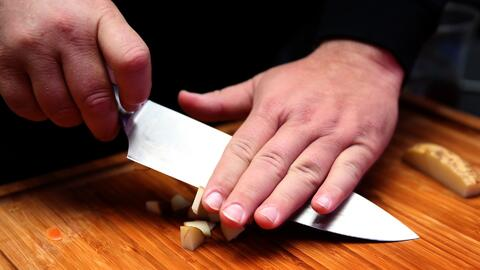 Tras una fuerte discusión, cocinera la emprende a cuchilladas contra uno de sus colegas