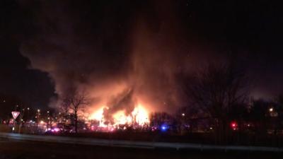 El frío dificulta esfuerzos para apagar incendio en fábrica de papel en Nueva Jersey