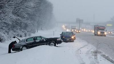 Un muerto, fallas eléctricas y problemas de transporte deja el temporal de nieve que azota el este de EEUU