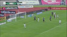 ¡Se luce Vikonis! 'Vuela' y evita el segundo gol de Pumas