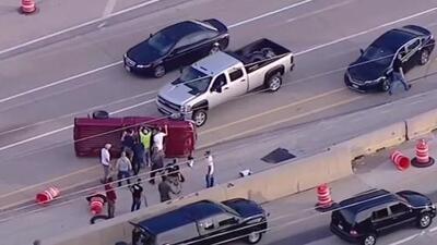 Socorristas improvisados salen al auxilio del conductor de una camioneta que se vuelca en Illinois