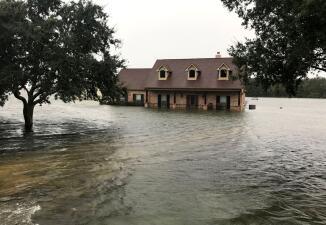 En fotos: Inundaciones catastróficas afectan el este de Texas por la inclemente lluvia de la tormenta Imelda